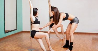 What does a pole dancing lesson include?