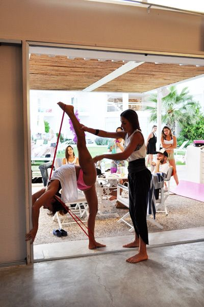 Marion_Crampe_Maddie_Sparkle_stretching